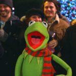 カーミットが「マペットのクリスマス・キャロル」の名曲を歌う動画が公開